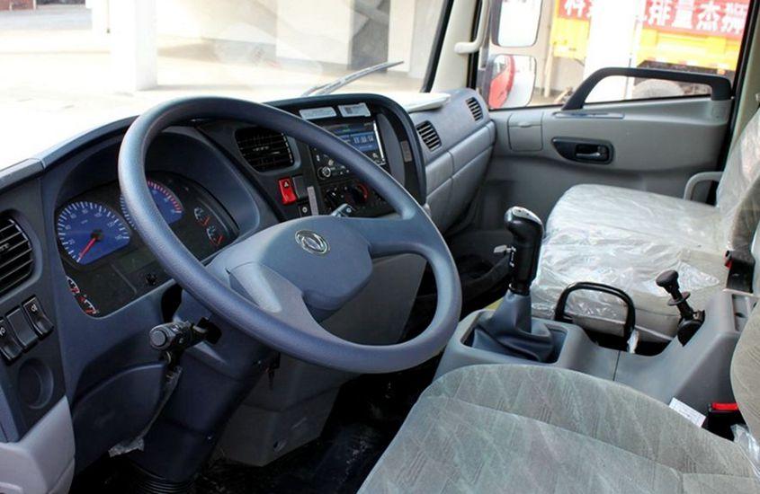 东风天锦鲜奶运输车驾驶室图片