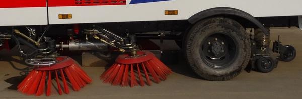 江铃5吨扫路车中置4扫盘结构