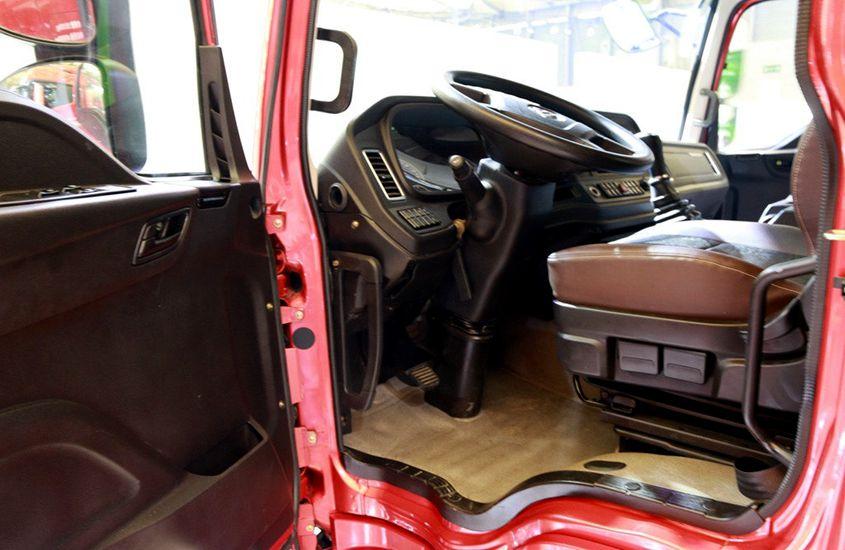 欧曼前四后八鲜奶运输车驾驶室图片