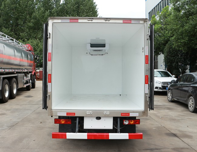 福田驭菱2.9米冷藏车厢体内