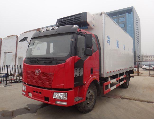 解放J6-6.8米冷藏车斜前图片