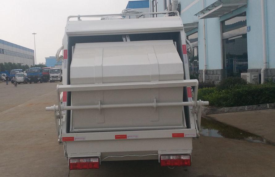 东风6方压缩式垃圾车后侧图片