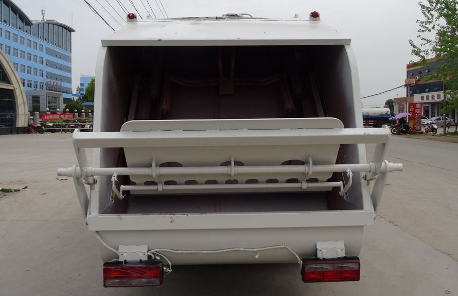 东风8方压缩式垃圾车后侧图片