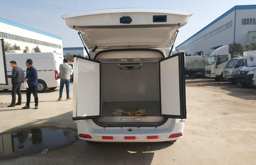 福田伽途ix5新款面包冷藏车厢体内