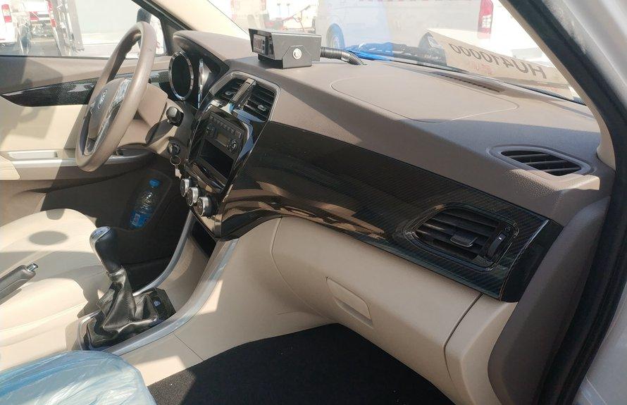 福田伽途ix5新款面包冷藏车副驾驶