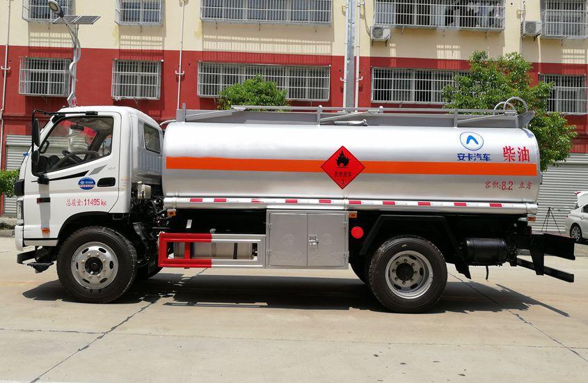 福田8吨小型加油车正侧展示图片