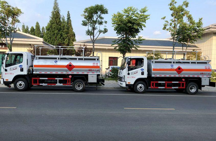 解放5吨小型加油车正侧图片
