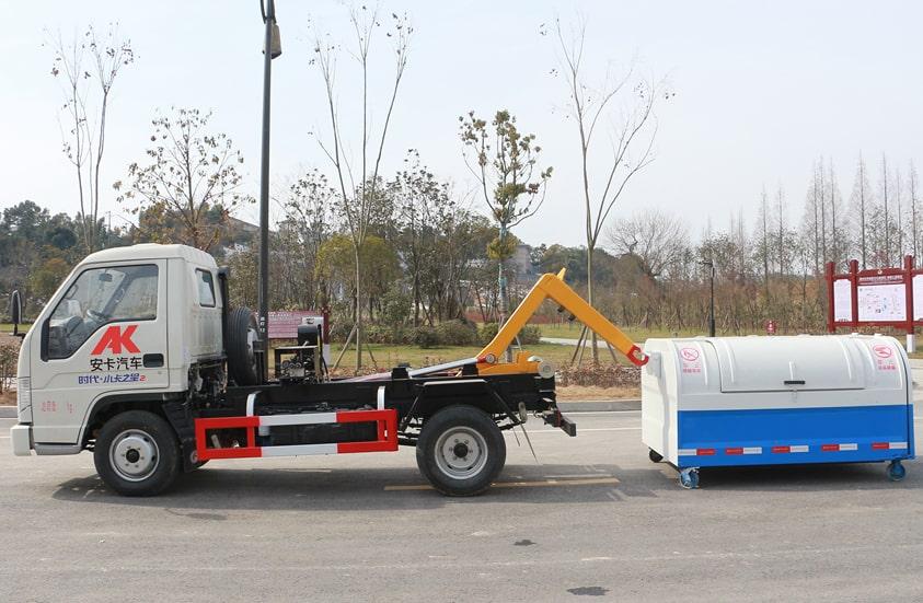 福田4方勾臂垃圾车工作实拍图片(车头向左正侧)