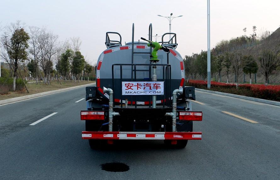 东风新款5吨洒水车后侧图片