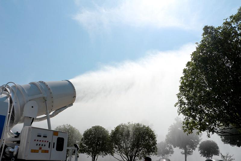 大型雾炮车雾化效果特写实拍图片