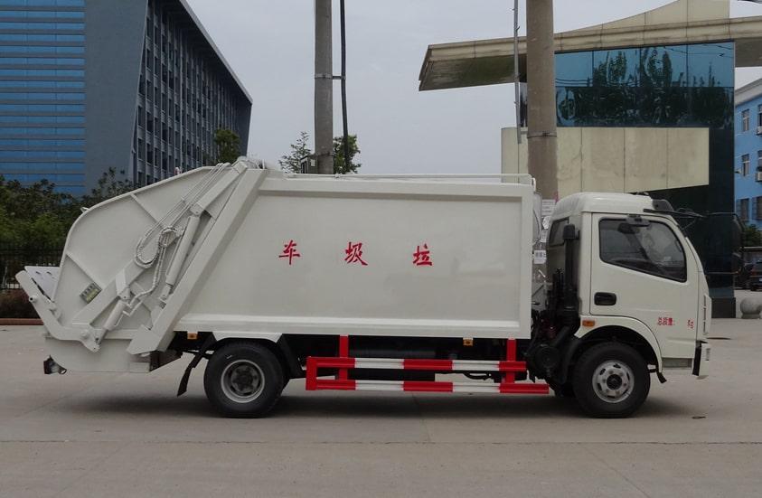 多利卡8方压缩式垃圾车图片(车头向右正侧)