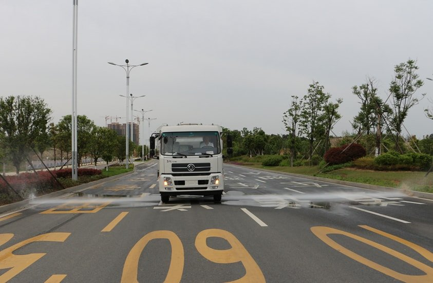 东风天锦8吨扫路车加装前冲洒水系统