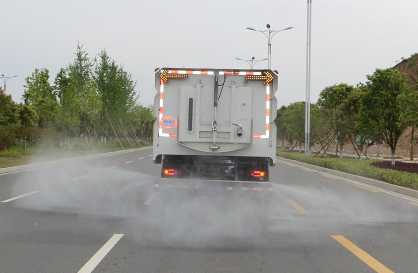 东风天锦8吨扫路车加装后喷雾系统