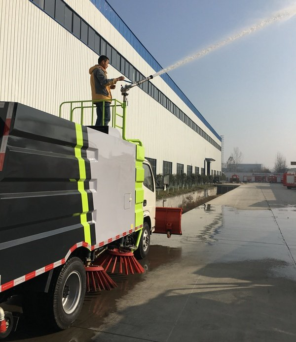 五十铃3吨扫路车加装洒水高炮