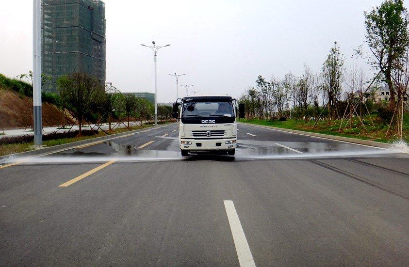 东风多利卡5吨洒水车前冲图片