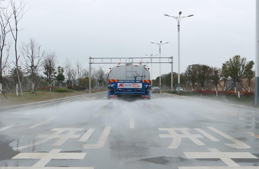 东风D9  14吨洒水车后洒实拍图片