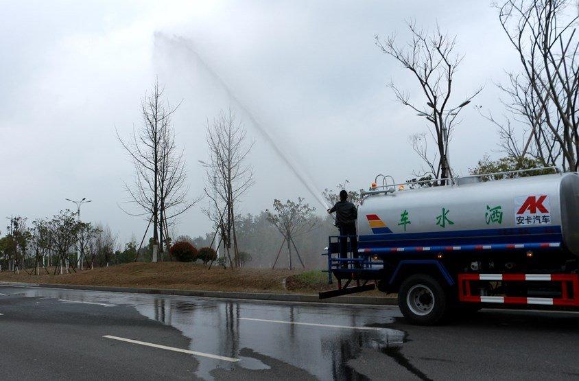 东风D9  14吨洒水车高位花洒实拍图片