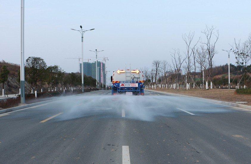 东风天龙20吨洒水车后洒实拍图片