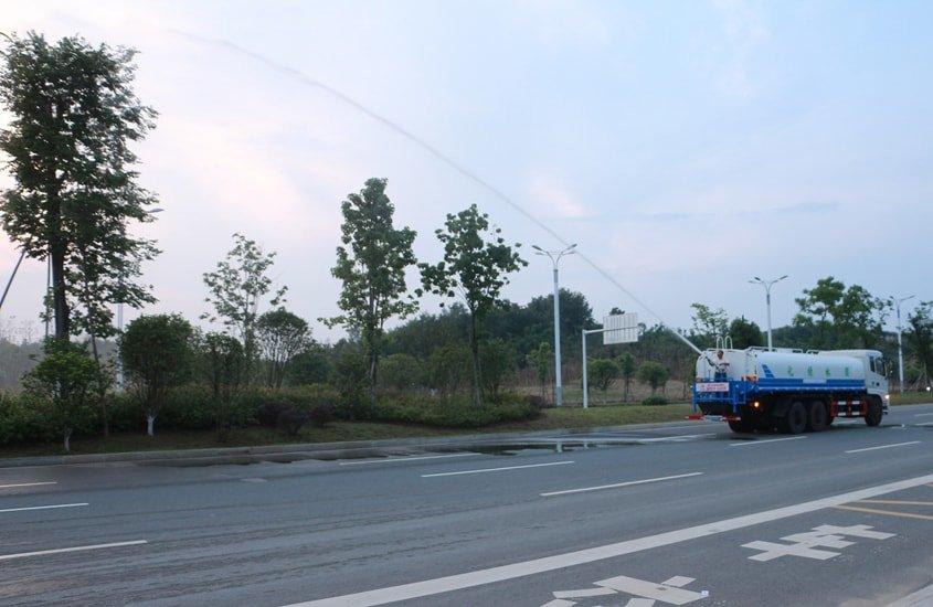 东风天龙20吨洒水车绿化高炮实拍图片