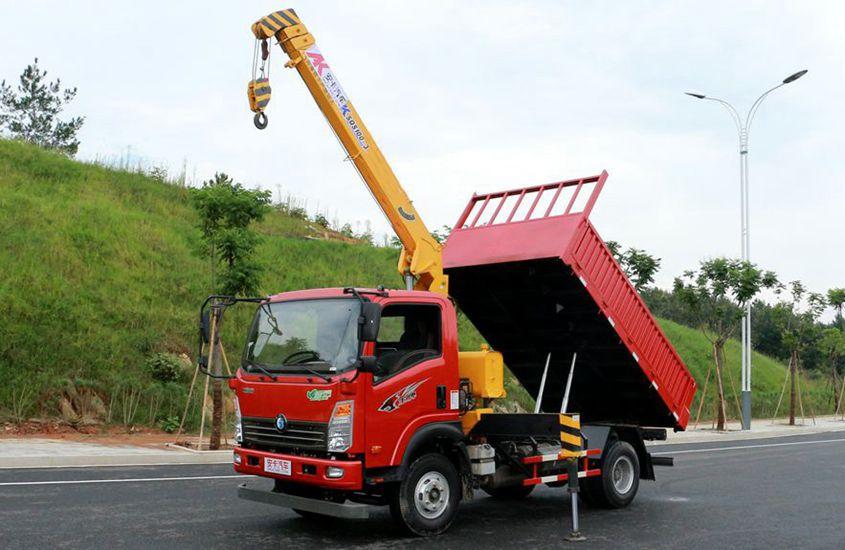 王牌徐工3吨自卸随车吊左侧工作实拍图片