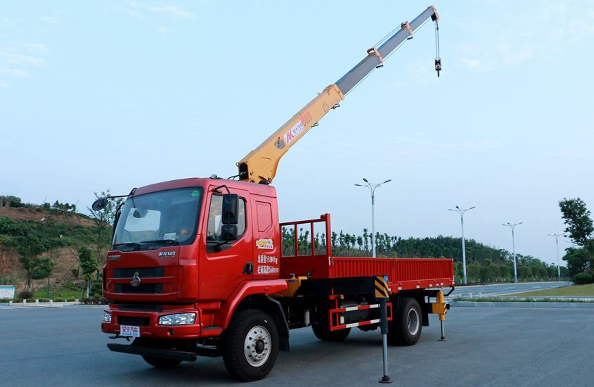 东风柳汽徐工6.3吨随车吊左侧实拍图片