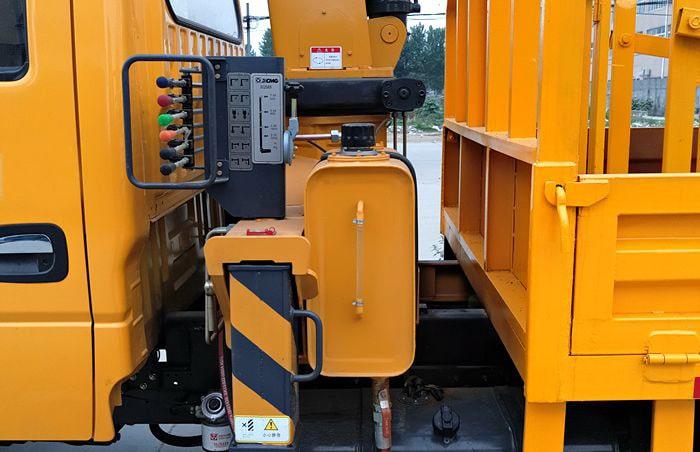 东风多利卡双排座3吨随车吊操控台图片