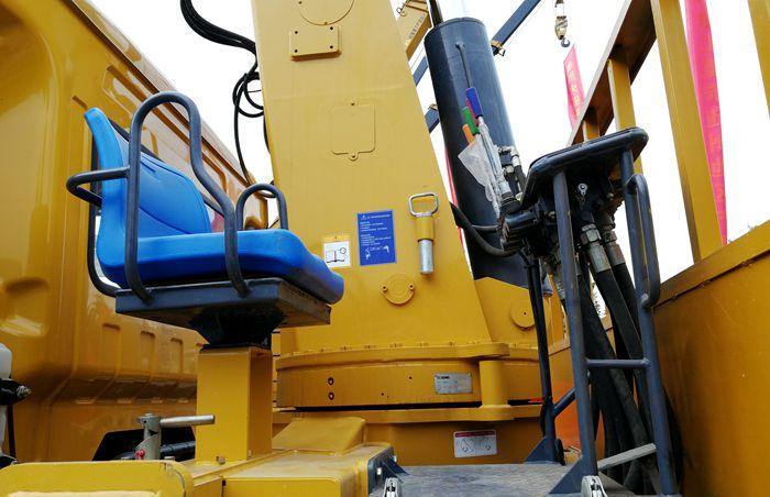 徐工16吨随车吊吊机操作台图片