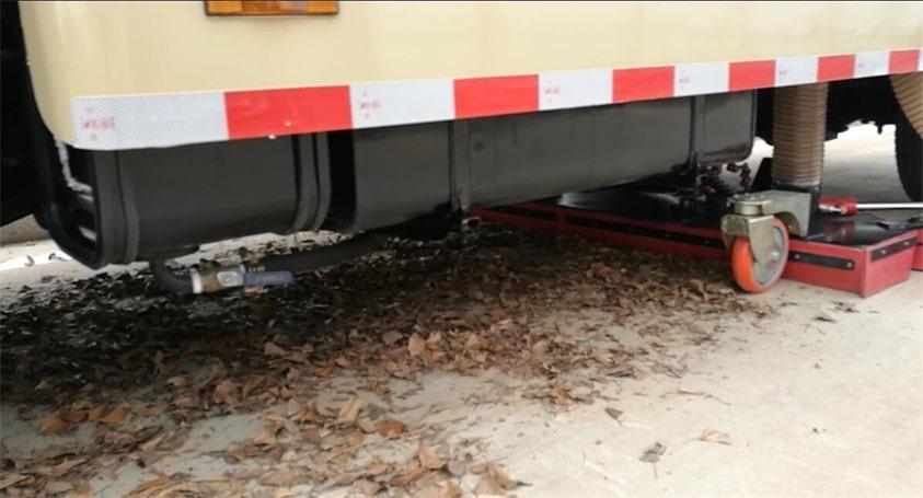 五十铃8吨吸尘车清理落叶3