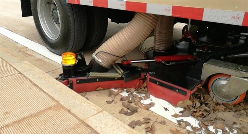 五十铃8吨吸尘车清理落叶1