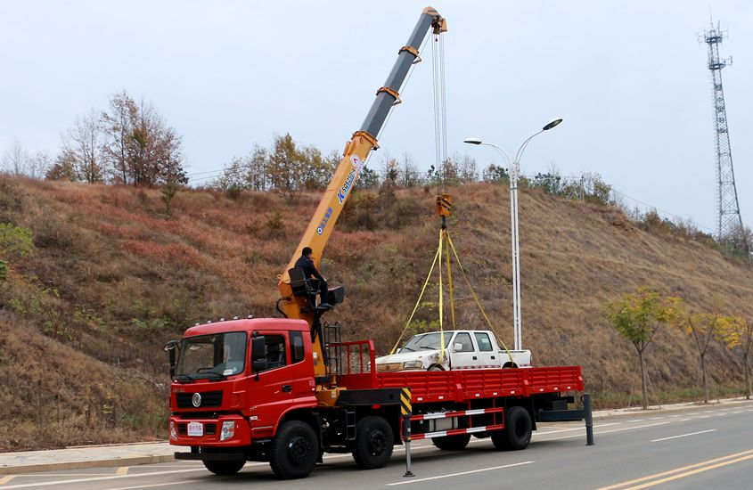 东风专底小三轴10吨随车吊左侧实拍图片