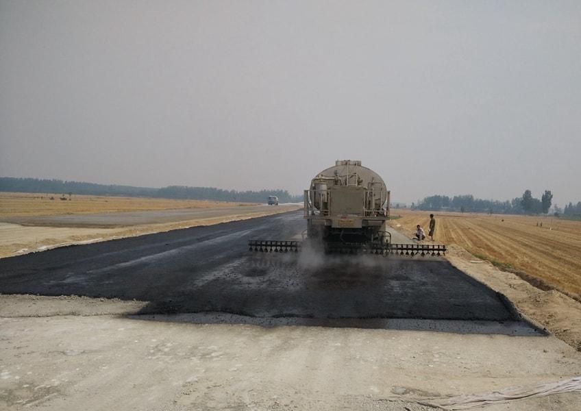 解放12吨沥青洒布车施工现场图片