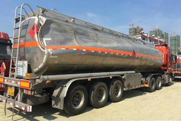 铝合金油罐车罐体事故变形图片