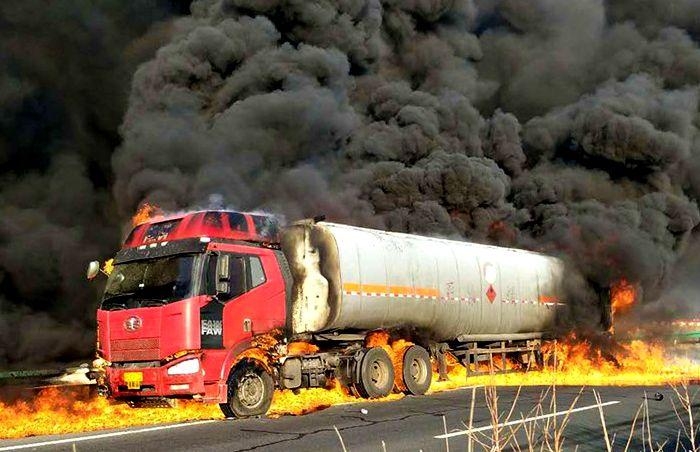 油罐车泄漏起火图片