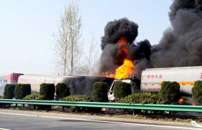 油罐车相撞起火图片