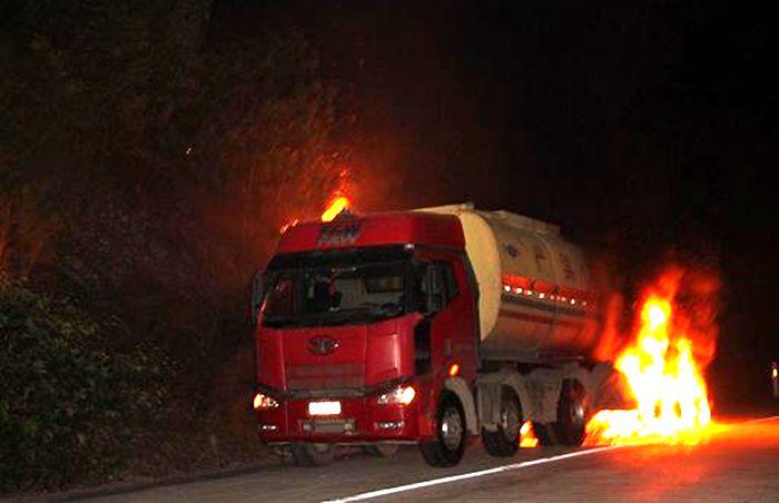油罐车遇明火起火图片