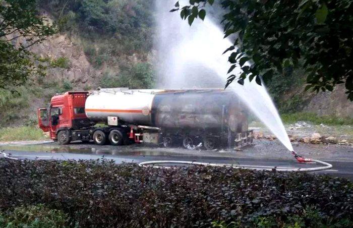 油罐车自燃图片