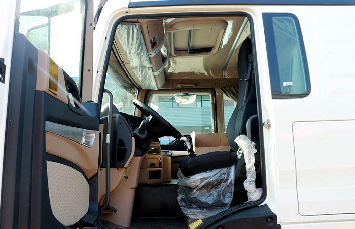重汽豪沃后八轮17吨油罐车驾驶室图片