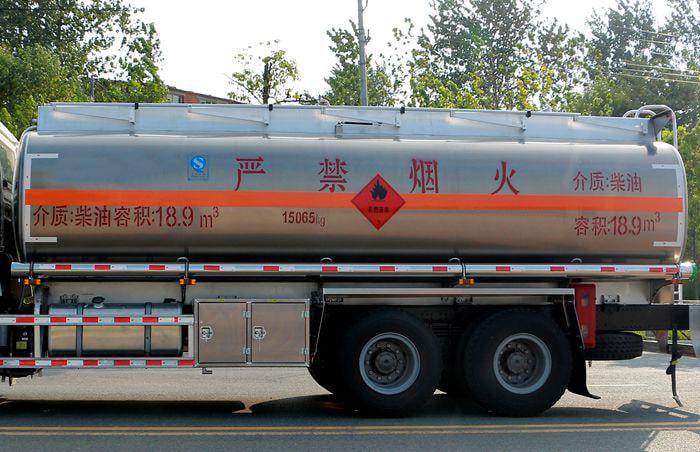 重汽豪沃后八轮17吨油罐车铝合金罐体图片