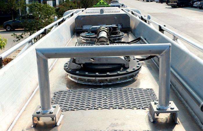 重汽豪沃后八轮17吨油罐车防撞栏图片