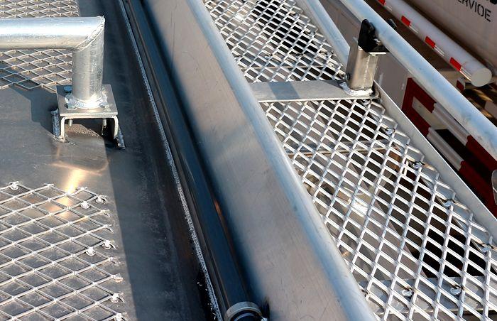 重汽豪沃后八轮17吨油罐车防护栏图片