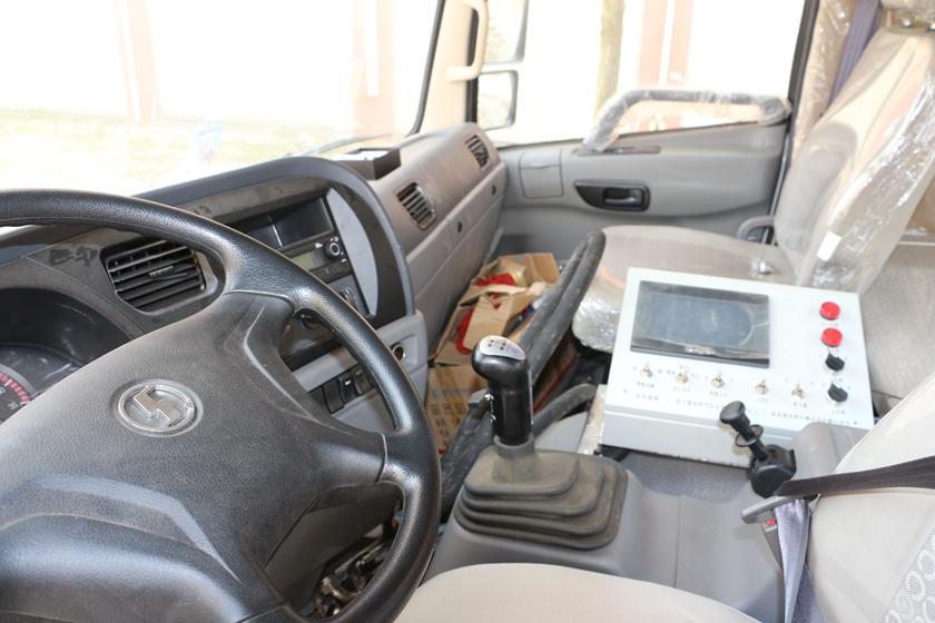 陕汽12吨沥青洒布车驾驶室图片