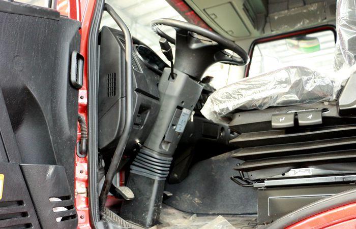 解放前四后八23吨油罐车主驾驶室图片