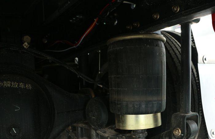解放前四后八23吨油罐车气囊悬挂图片