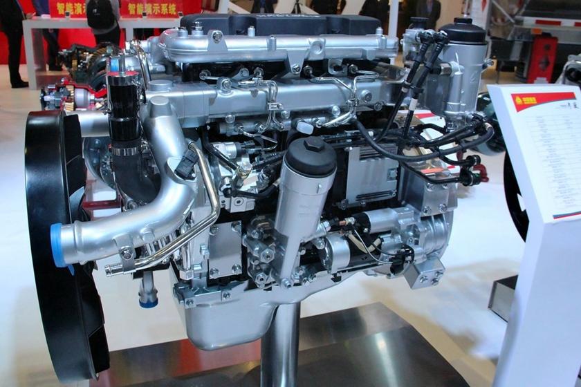 重汽豪沃12吨沥青洒布车发动机实拍图片