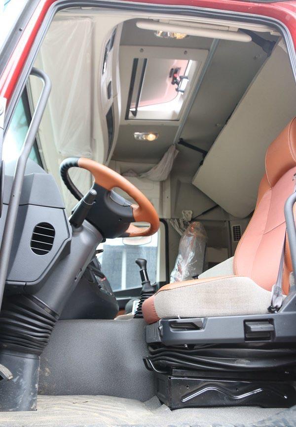 福田欧曼EST9.6米冷藏车驾驶室内图片