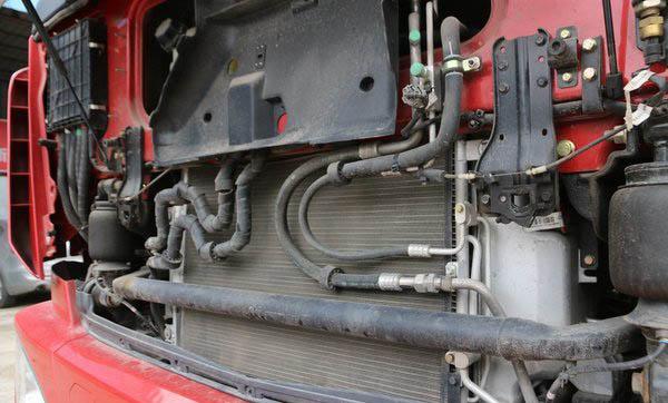 福田欧曼EST9.6米冷藏车四点悬浮驾驶室图片
