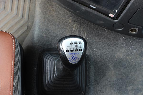 福田欧曼EST9.6米冷藏车12档变速箱图片