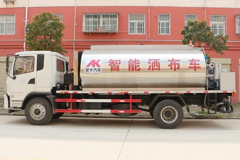 陕汽12吨沥青洒布车图片