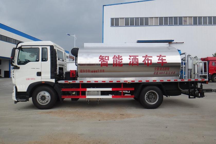 重汽豪沃12吨沥青洒布车图片