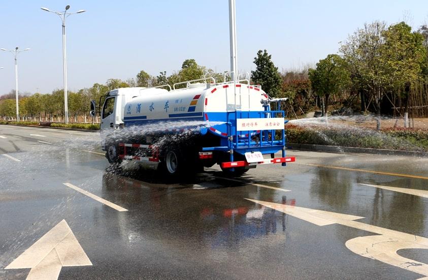 东风多利卡8吨洒水车侧喷实拍图片